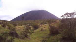 Le VolcanoBot explore les fissures des volcans sur Terre, pour pouvoir ensuite étudier les fissures dans d'autres planètes. (Photo: volcan Pacaya, au Guatemala).