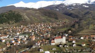 Vue de la ville de Štrpce au Kosovo où albanais et serbes s'opposent ensemble aux projets de barrages de la société Matkos. .