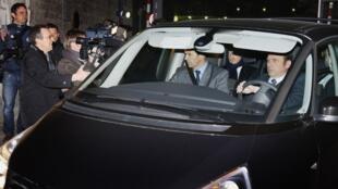 Nicolas Sarkozy ao sair da audiência com o juiz Jean-Michel Gentil, em Bordeaux.