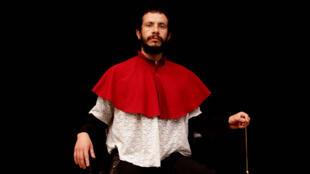El bailarín Ángel Ávila se despoja de litros de sudor para brindar un espectáculo notable.