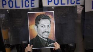 Un manifestant brandit un dessin de Abdulhadi al-Khawaja, le militant des droits de l'homme qui va être à nouveau jugé, lors d'un rassemblement dans la capitale Manama le 18 avril 2012.