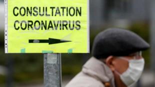 Homem usa máscara de proteção contra o coronavírus