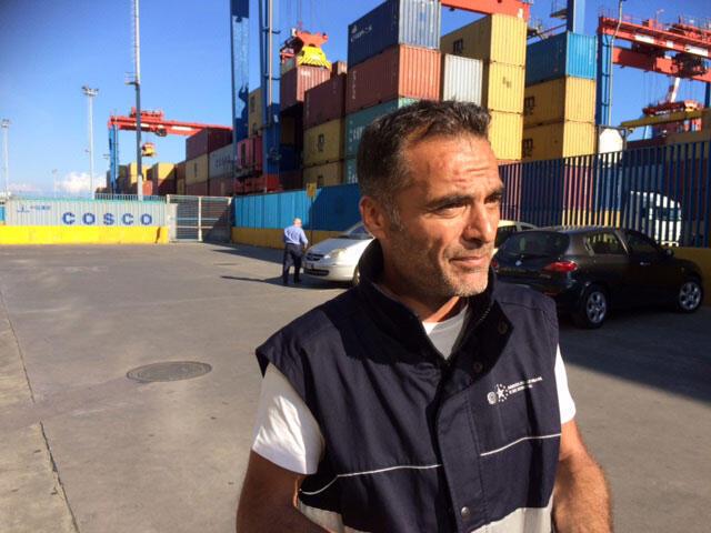 Sur l'un des embarcadères du port de Naples, Rodolfo Scuotto responsable du contrôle des douanes.