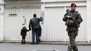 Un militar francés custodia el ingreso a una escuela judía en París, el 12 de enero de 2015.