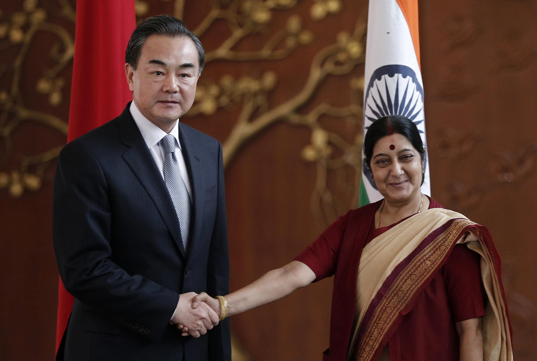 Le ministre chinois des Affaires étrangères Wang Yi (à gauche) et son homologue indien Sushma Swaraj avant leur entretien à New Delhi, le dimanche 8 juin 2014.