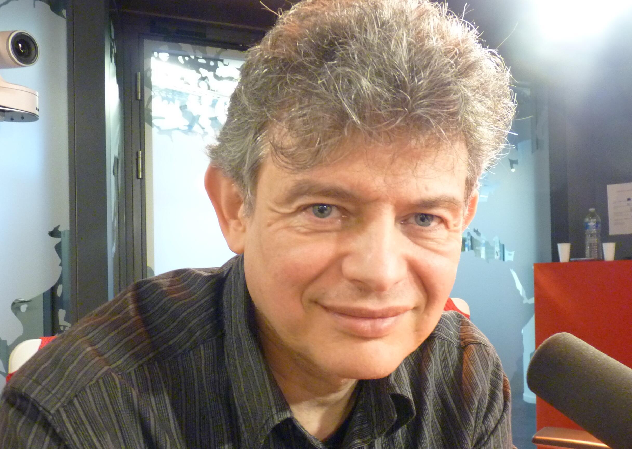El artista y fotógrafo español José Manuel Ballester en los estudios de RFI en parís