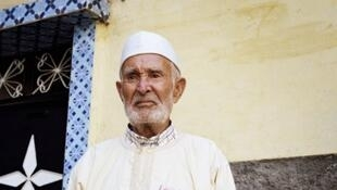 Hammou Moussik est debout et fier, la djellaba bardée d'insignes militaires.