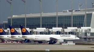 Aviões da Lufthansa parados na pista do aeroporto de Munique nesta quarta-feira, 11 de novembro de 2015.