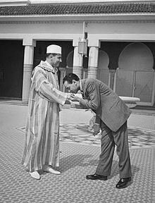 Le prince héritier Moulay El-Hassan et son père Mohammed V, en 1950.