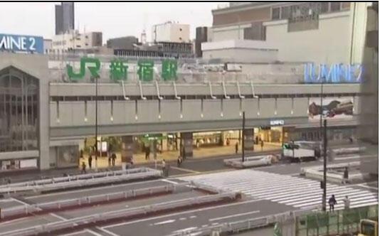Captura vídeo de estão de trens em Tóquio, onde o tremor pode ser sentido.