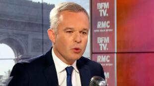 O Ministro François de Rugy se emociona durante entrevista ao canal BFMTV ao comentar as acusações de Mediapart