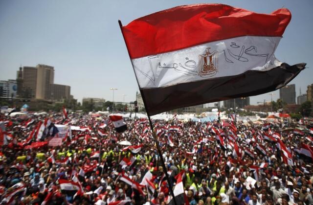 Uma multidão de opositores do presidente egípcio pede sua demissão em mega protesto neste domingo, na praça tahrir, no centro do Cairo.