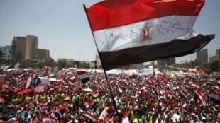 Uma multidão de opositores do presidente egípcio pede sua demissão em megaprotesto neste domingo, 30 de junho de 2013, na praça Tahrir, no centro do Cairo.