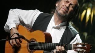 O virtuose do violão flamenco Paco de Lucía em ação