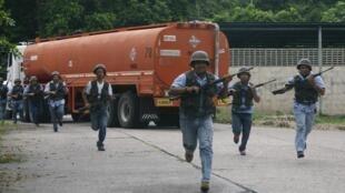 Công nhân Venezuela tham gia thao dược quân sự ngày 14/03/2015.