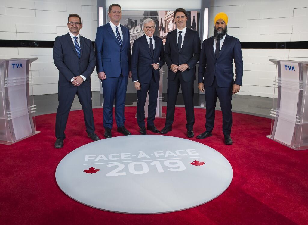 បេក្ខជននាយករដ្ឋមន្ត្រីពីឆ្វេងទៅ ស្តាំ ៖ លោកYves-François Blanchet លោក Andrew Scheer ពិធីករ Pierre Bruneau លោក Justin Trudeau និងលោក Jagmeet Singh ក្នុងកម្មវិធីតស៊ូមតិ