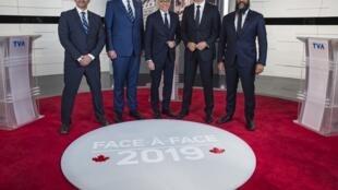De gauche à droite : Yves-François Blanchet, Andrew Scheer, Pierre Bruneau, Justin Trudeau et Jagmeet Singh lors du premier débat en français des élections fédérales, le 2 octobre 2019.
