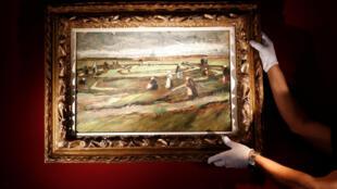 """A pintura """"Raccommodeuses de filets dans les dunes"""", de 1882, manuseada nesta imagem pela casa de leilões Artcurial, em Paris, em 28 de março de 2018."""