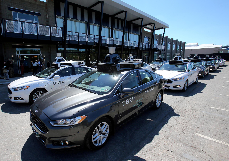 Imagem de arquivo: Frota de carros autônomos do Uber durante demonstração na Pensilvânia.