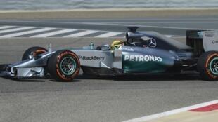 Carro do britânico Lewis Hamilton, durante sessão de treinos no circuito do Bahrein, neste sábado, 22 de fevereriro.