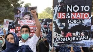 تظاهرات اعضای حزب همبستگی افغانستان در کابل، در آستانه شانزدهمین سالگرد عملیات نظامی آمریکا در این کشور. جمعه ١٤ مهر/ ۶ اکتبر ٢٠۱٧