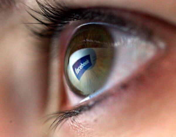 Facebook được Daech sử dụng rộng rãi để lôi kéo thanh thiếu niên Pháp. Trong ảnh, hình phản chiếu của logo Facebook trong mắt một em nhỏ.