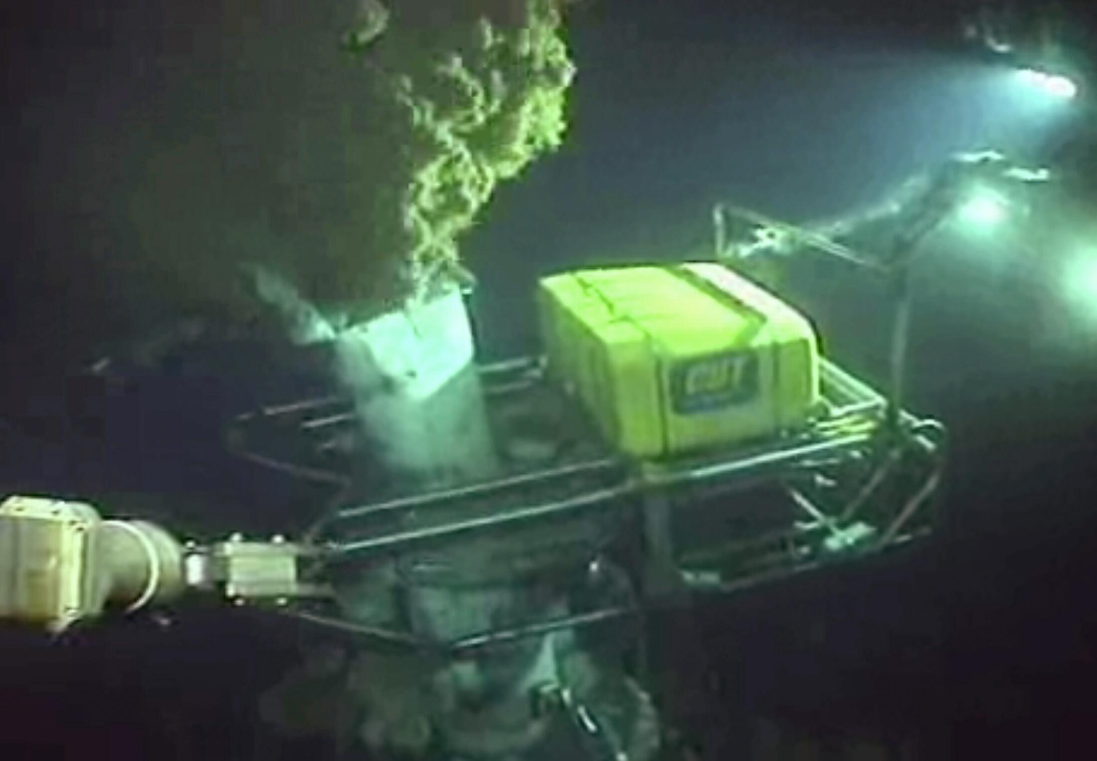 Подводный робот возле источника утечки нефти из аварийной скважины в Мексиканском заливе 3 июня 2010