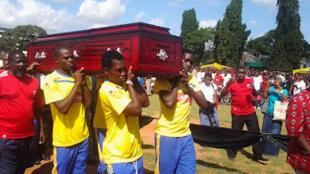 Wachezaji wa timu ya Simba Sports Club wakibeba jeneza la mechezaji mwenzao marehemu Patrick mutesa mafisango