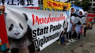 """Biểu tình phản đối trước sở thú Berlin tại lễ đón cặp gấu trúc Meng Meng (Mộng Mộng) và Jiao Qing (Kiều Khánh). Băng-rôn ghi: """"Nhân quyền thay vì ngoại giao gấu trúc""""."""