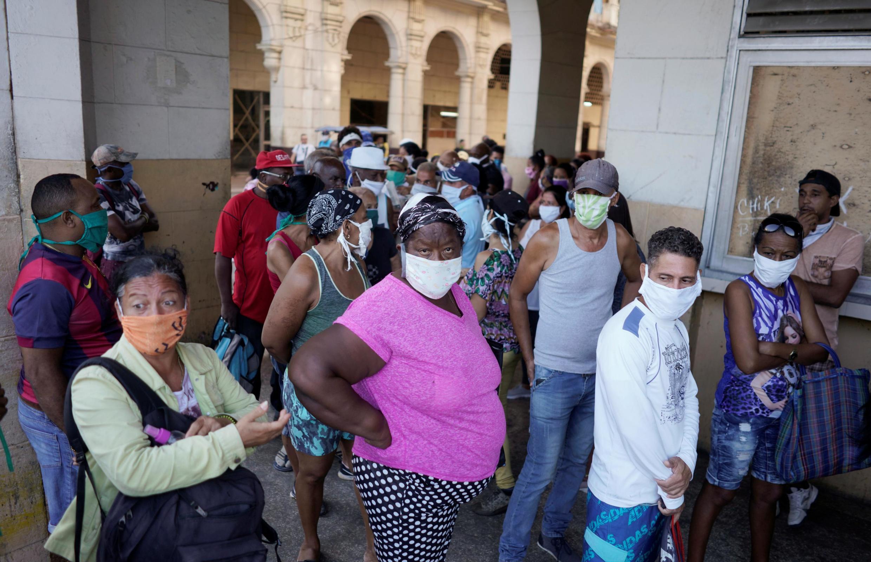 La Havane, avril 2020: il est difficile de respecter les règles de distanciation sociale imposées par la pandémie de coronavirus alors que les pénuries imposent de faire des heures de queue.