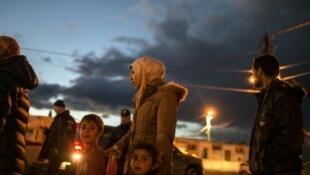 Wahamiaji wakipanga foleni kwa kusubiri wapewe chakula, katika mji wa Gevgelija kwenye mpaka kati ya Makedonia na Ugiriki Februari 24, 2016.