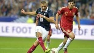 Jogadores de Portugal e da França disputando a bola no jogo de 11 de outubro 2014, Estádio da França, numa foto do jornal Ouest-France, com a devida vénia