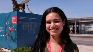 Née au Qatar, d'origine algérienne, elle a grandi en France. La réalisatrice Meriem Mesraoua a présenté lors de cette édition 2020 de la Mostra son court métrage très réussi, «À fleur de peau» («Under Her Skin») dans la section «Orizzonti».