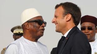 Rais wa Mali Ibrahim Boubacar Keita akimkaribisha Rais wa Ufaransa Emmanuel Macron huko Nouakchott, Mauritania, Julai 2, 2018.