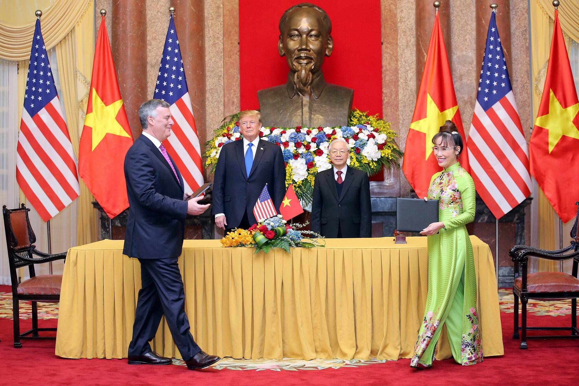 Tổng thống Mỹ Donald Trump và chủ tịch Việt Nam Nguyễn Phú Trọng chứng kiến lễ ký kết hợp đồng mua máy bay giữa Tổng giám đốc Vietjet Air, bà Nguyễn Thị Phương Thảo và ông Kevin McAllister, Chủ tịch Tập đoàn Boeing, ngày 27/02/2019.