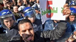 Des milliers de manifestants ont protesté, vendredi 22 février 2019, à Alger contre un cinquième mandat du président Abdelaziz Bouteflika.