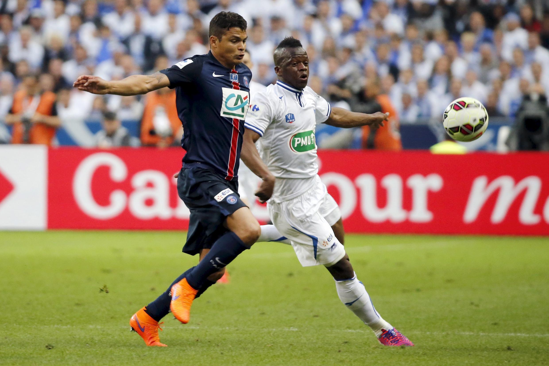 Thiago Silva em lance na final entre PSG e Auxerre.