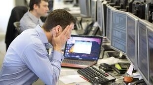 Трейдеры лондонской биржи после решения лидеров еврозоны по Кипру 18/03/2013