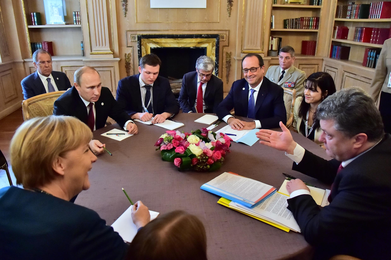 De g. à d. autour de la table : Angela Merkel, Vladimir poutine, François Hollande et Petro Porochenko, lors d'une précédente rencontre à Milan, en octobre 2014.
