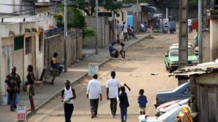 Scène de rue à Yopougon, Abidjan, Côte d'Ivoire.