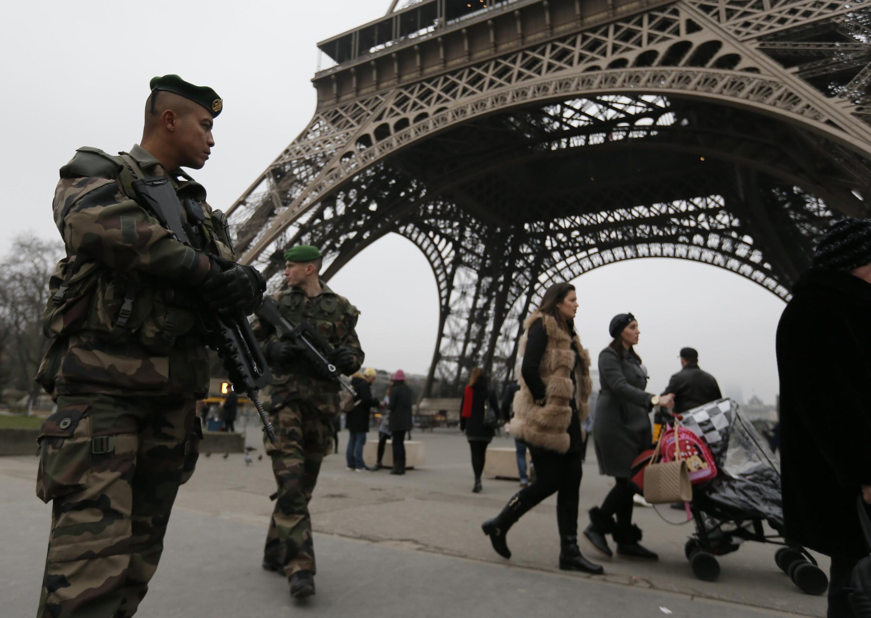 Le plan Vigipirate en France est pérennisé avec 7 000 militaires affectés en permanence à la sécurité nationale.