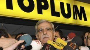 Le leader du Parti pour une société démocratique (DTP) Ahmet Türk s'adresse à la presse devant le siège de son parti à Ankara, le 11 décembre 2009.