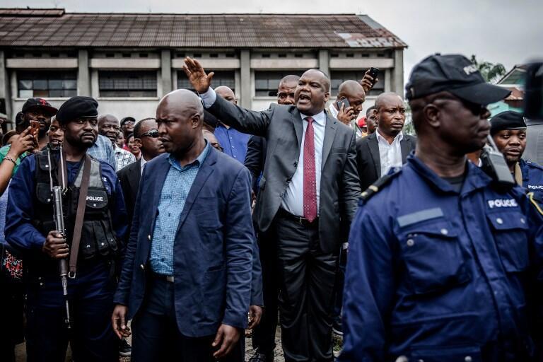 O presidente da Commissão Eleitoral da RDC, Corneille Nangaa, tentando acalmar a população  diante da mesa de voto  do  Colégio Saint-Raphaël em Kinshasa. 30 de Dezembro de 2018