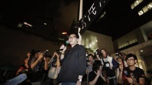 不少艺人亦加入声援反洗脑行动,包括香港填词人林夕等人要求政府立即撤回国民教育科。
