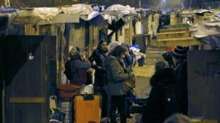 Des migrants de la communauté rom sont évacués du campement de la «Petite Ceinture», à Paris, le 3 février 2016.