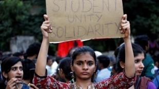 راهپیمایی و همبستگی امروز (دوشنبه ۱۶ دسامبر) دانشجویان دانشگاه اسلامی دهلی جدید در مخالفت با قانون شهروندی در هند.