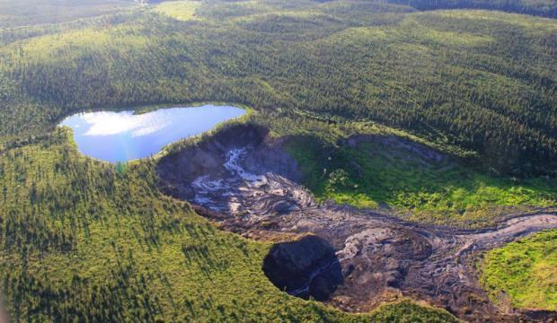 Une vue aérienne du lac sur le point de s'effondrer, dans les Territoires du Nord-Ouest canadien, en 2015.