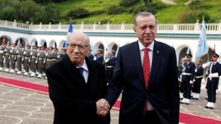 Shugaban Turkiya Recep Tayyib Erdogan tare da takwaransa na Tunisia Beji Caïd Essebsi a lokacin da ya kai ziyara birnin Tunis. Disamba 27, 2017.