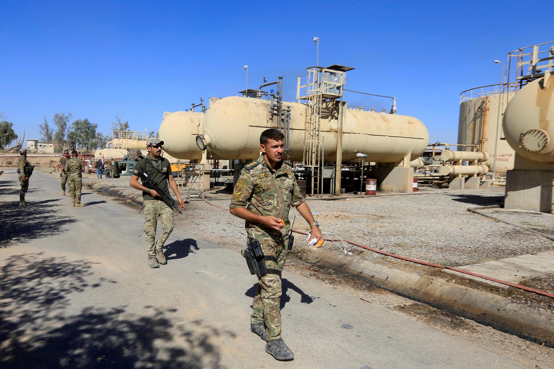 Des membres des forces irakiennes près d'une raffinerie de pétrole dans la zone de Dibis, dans la banlieue de Kirkouk, le 17 octobre 2017.