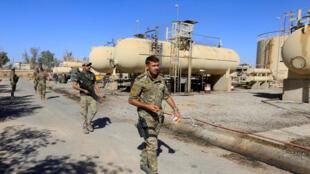 Des membres des forces irakiennes près d'une raffinerie de pétrole, dans la zone de Dibis, dans la banlieue de Kirkouk, le 17 octobre 2017. (Photo d'illustration)